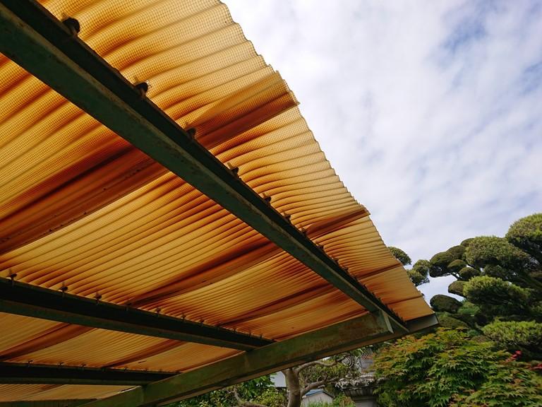 和歌山市でカーポートの波板が劣化し変形・変色してました