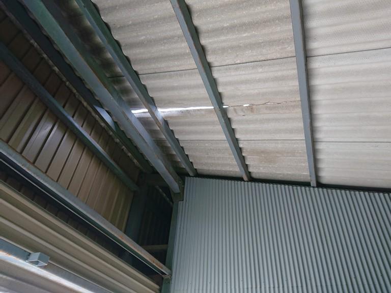 和歌山市でガレージの屋根が割れて雨水が入ってきます