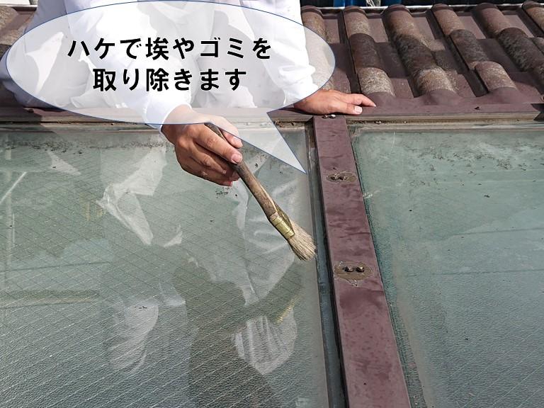 和歌山市でコーキング撤去後は、ハケで汚れや埃を取り除きます