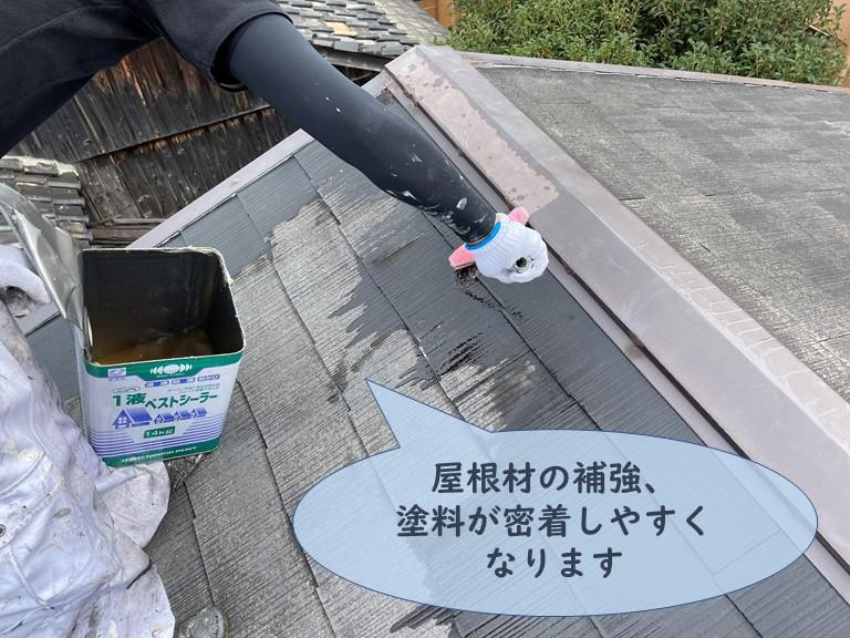 和歌山市でスレートを補強し、塗膜が付きやすくするために下塗りします
