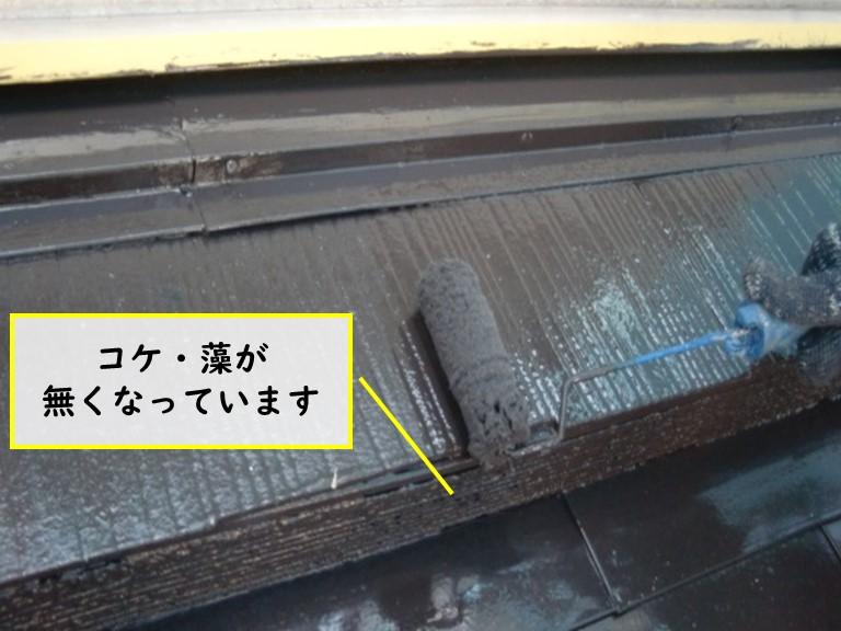 和歌山市でスレート屋根の淵にこびりついたコケをしっかりと取り除いてから塗装しました