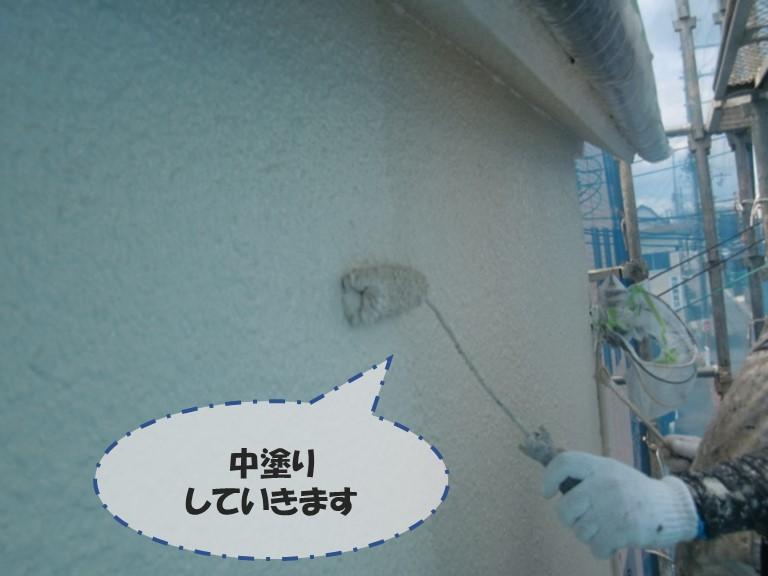 和歌山市で下塗りを乾燥させてから外壁の色の塗料を塗っていきます