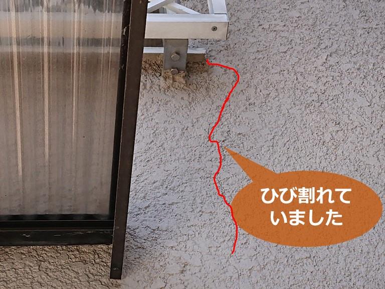 和歌山市で壁紙からの雨漏りが発生し外壁を調査すると、壁がひび割れていました