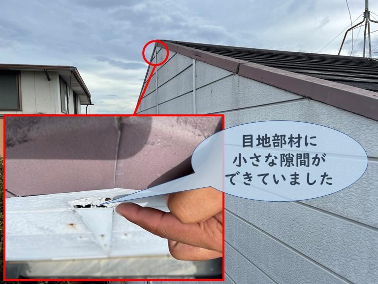 和歌山市で外壁を固定する目地部材の先のシーリングが割れて目地内部に雨水が侵入しています