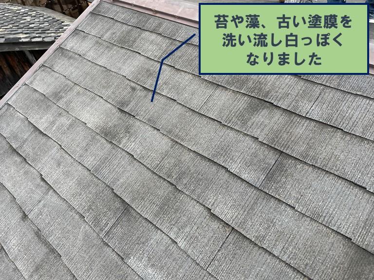 和歌山市で屋根の洗浄をすると、古い塗膜や苔・藻が流れて白っぽくなりました