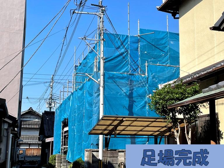 和歌山市で屋根工事を行うのに足場を組み周りにメッシュシートを張ります