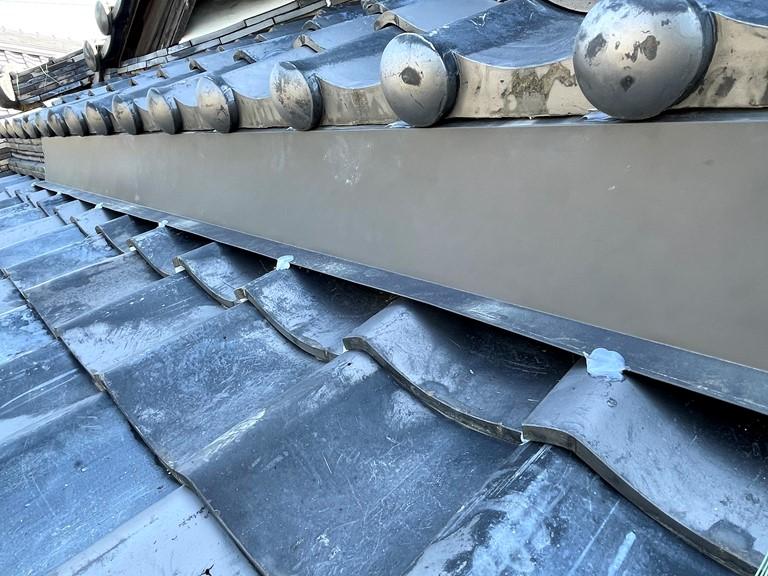 和歌山市で屋根瓦の雨漏り修理でガルバリウム鋼板を固定し、雨水が入らないようにしました