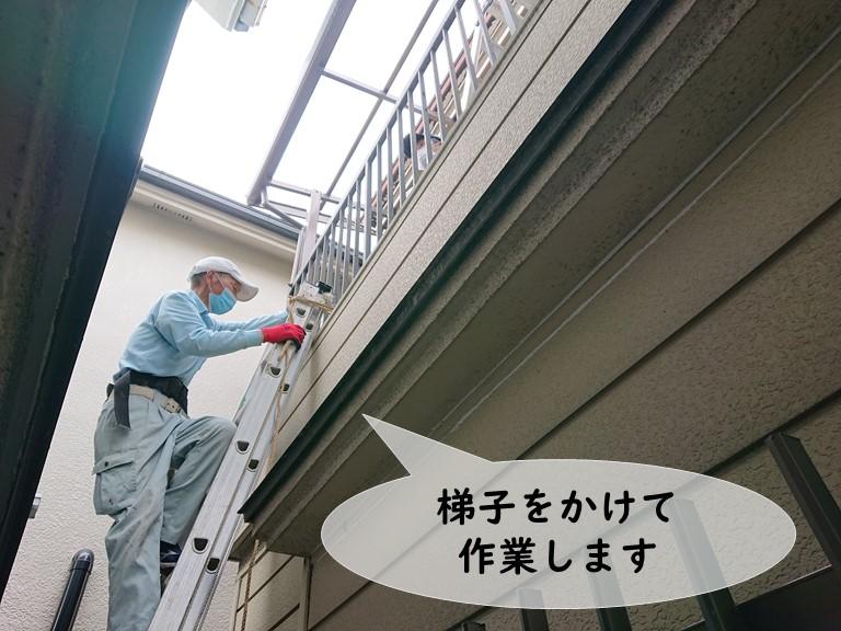 和歌山市で梯子をかけて遮熱ポリカを張っていきます