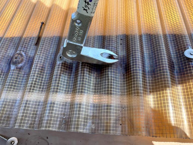 和歌山市で波板のフックをバールを使って取り外します
