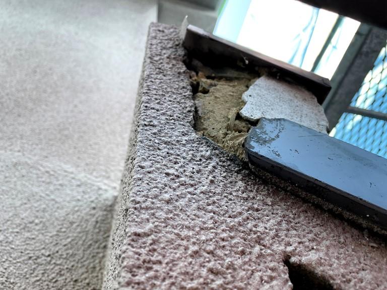 和歌山市で破損個所を補修するのにひび割れた部分は剥がします