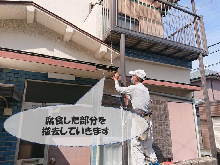 和歌山市で腐食部分の板を撤去し、その後玄関の庇に加工した板を固定しました