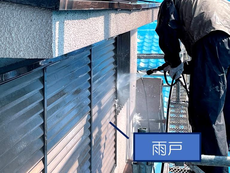 和歌山市で雨戸の高圧洗浄の様子