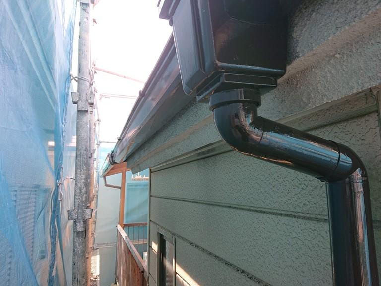 和歌山市で雨樋をシリコン系の塗料で塗装しました