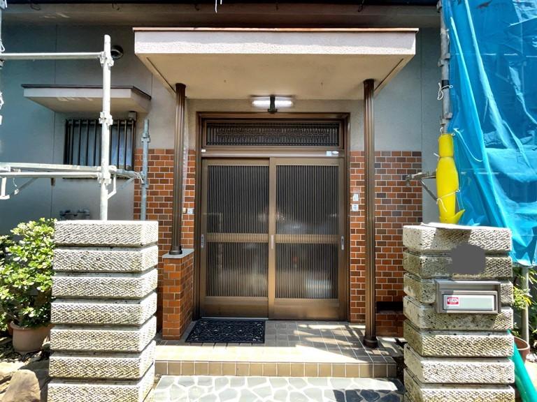 和歌山市で高圧洗浄を行った後の玄関付近