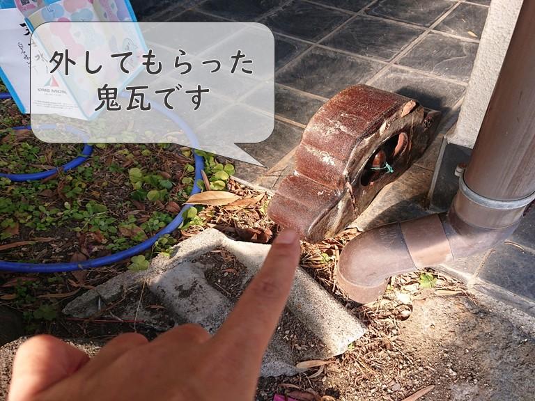 和歌山市で鬼瓦がズレており、訪問業者に外してもらい床に置いていました