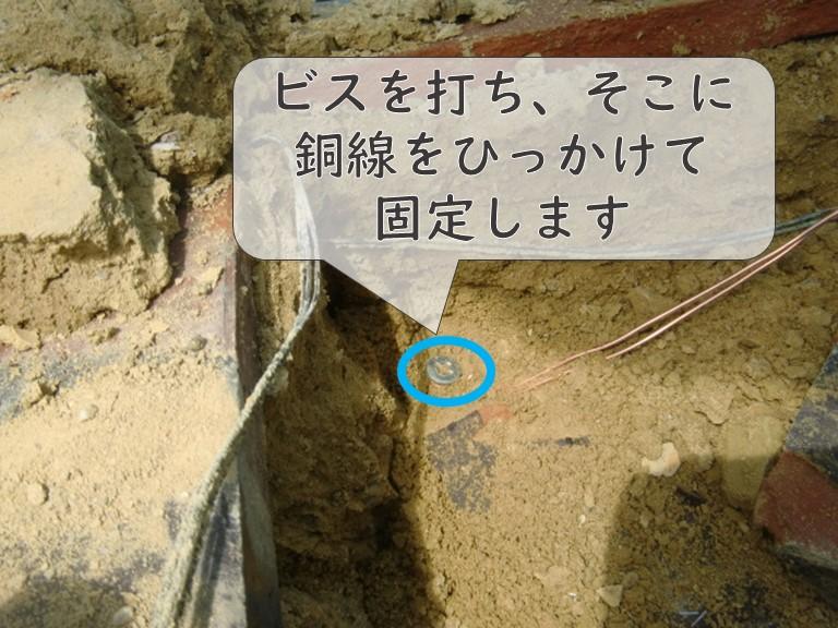 和歌山市で鬼瓦を設置するのに鬼瓦を銅線で固定し、銅線の先はビスにひっかけます