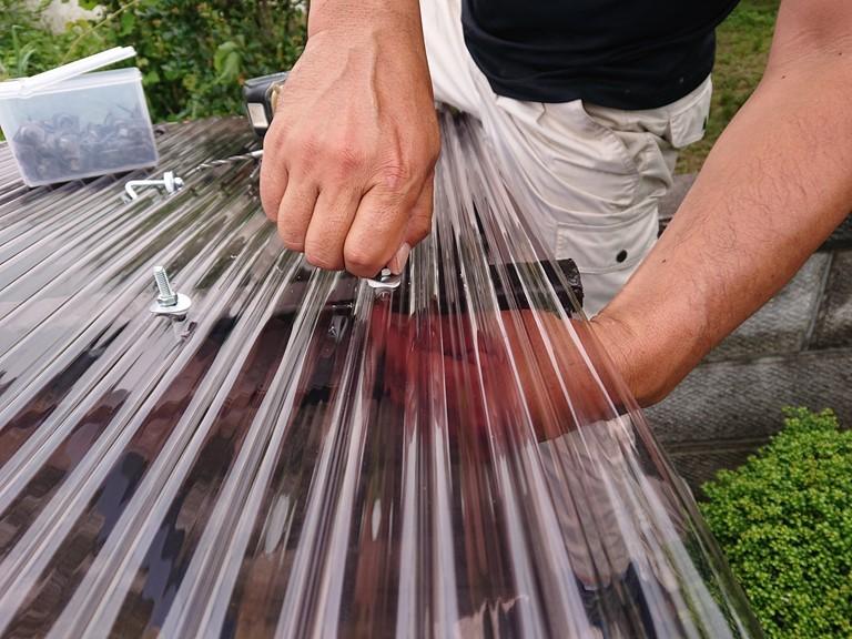 和歌山市のカーポート波板張替工事でフックをつけていきます