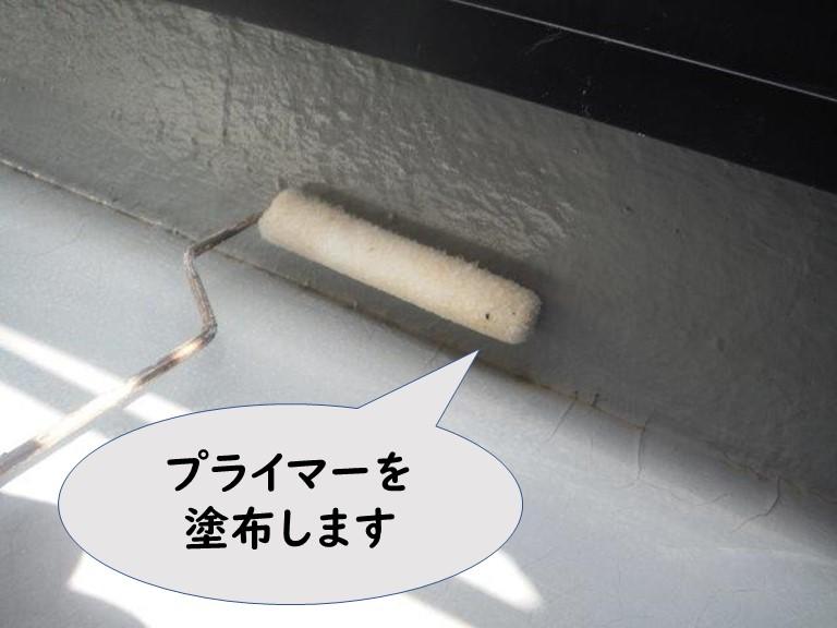 和歌山市のベランダ防水工事で下地調整後、プライマーを塗布します