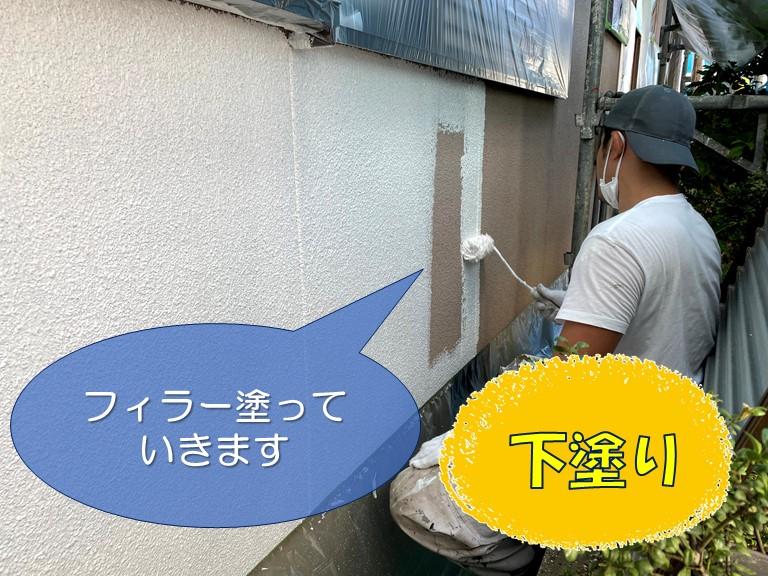 和歌山市の外壁塗装で下塗り(フィラー)を塗っていきます