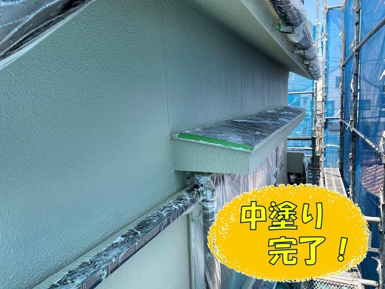 和歌山市の外壁塗装で中塗りの様子