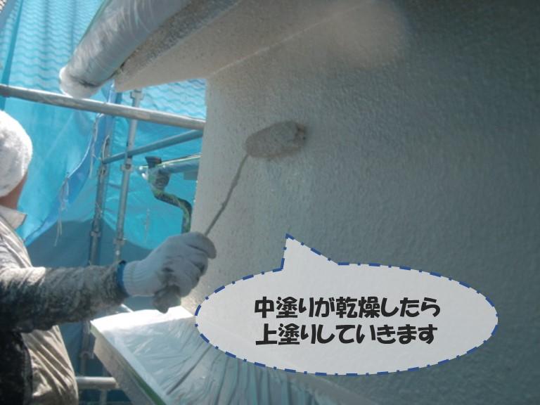 和歌山市の外壁塗装で中塗り後しっかり乾燥させてから上塗りしていきます