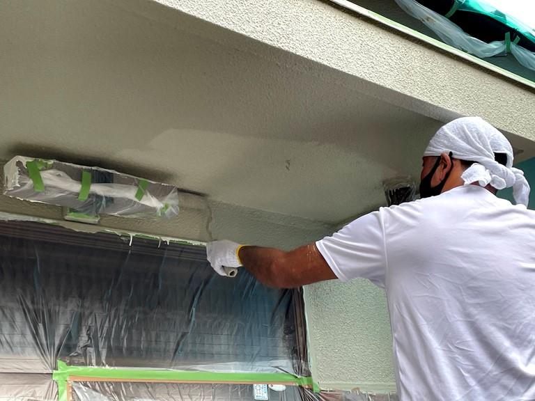 和歌山市の外壁塗装で塗膜の強度を上げるためにパーフェクトトップで上塗りしていきます