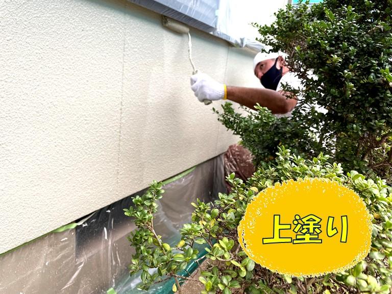 和歌山市の外壁塗装で塗膜の強度を上げるために上塗りしていきます