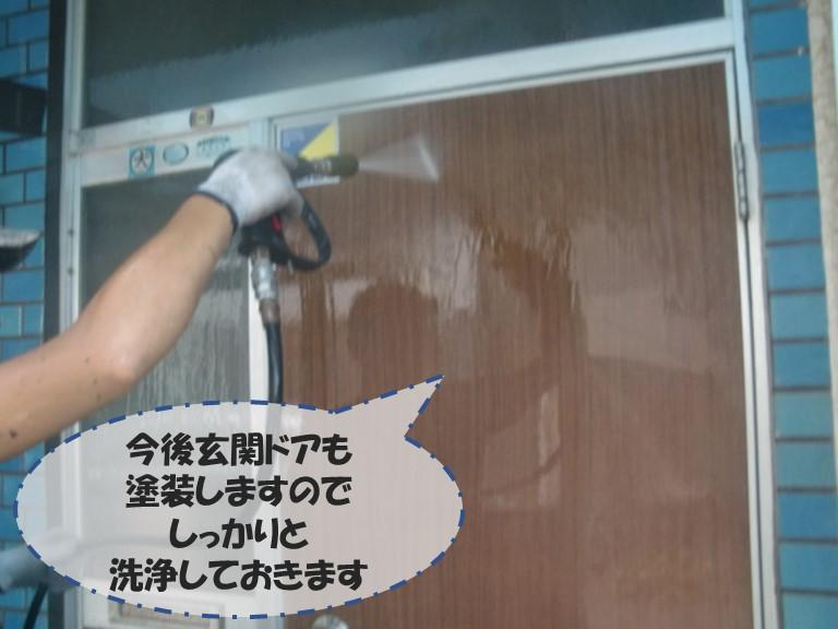 和歌山市の外壁塗装で玄関も塗装するのでしっかり洗浄します