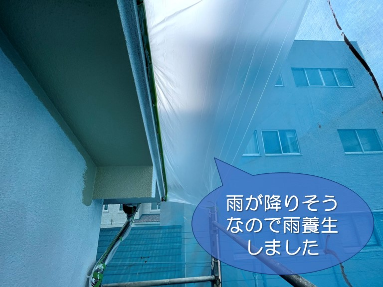 和歌山市の外壁塗装中雨が降ってきそうだったので雨水が入らないよう養生します