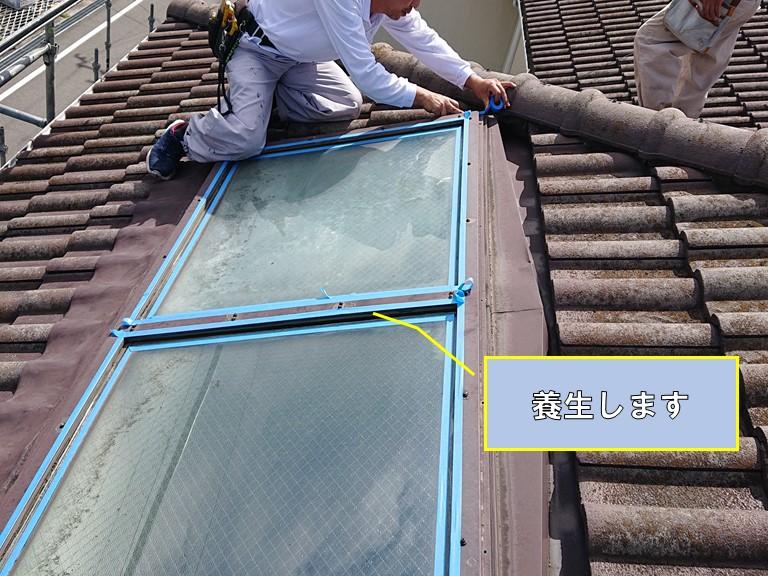 和歌山市の天窓のサッシ周りにコーキングを充填しますので養生します