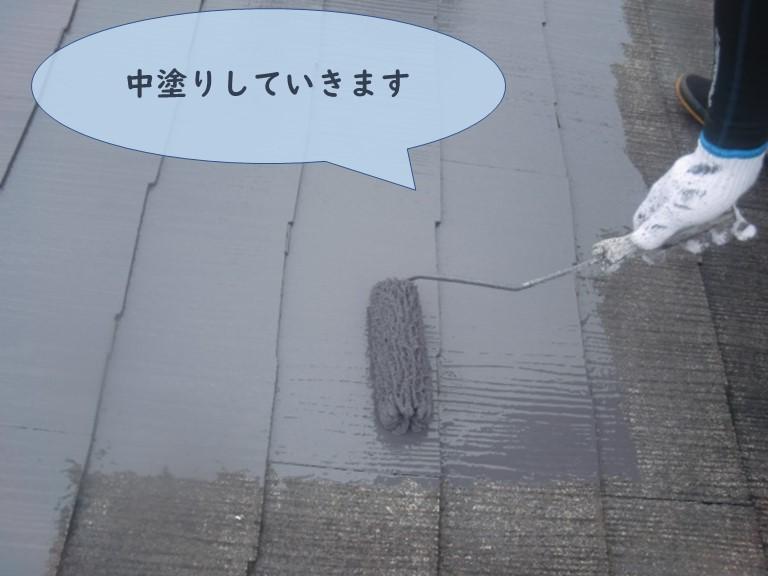 和歌山市の屋根塗装で中塗りしていきます