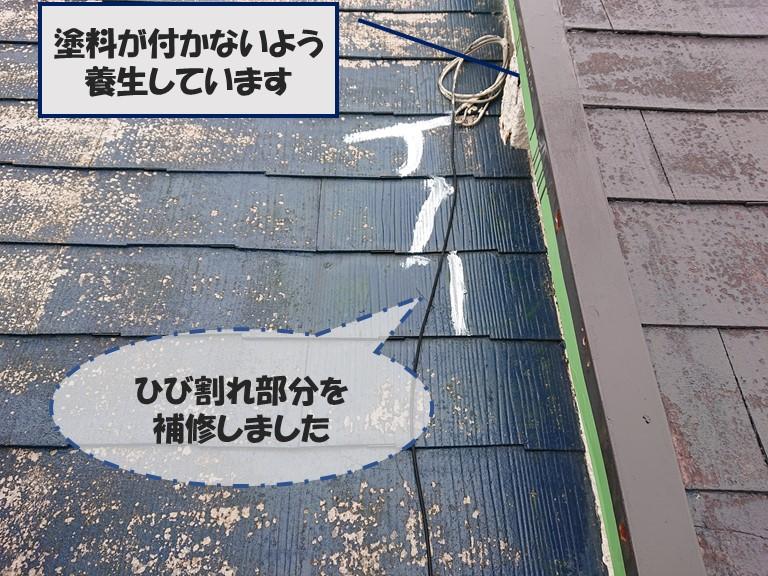 和歌山市の屋根塗装で中塗りを行う前にスレートの割れを補修します