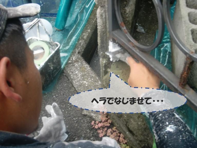 和歌山市の柵にコーキングを充填し、ヘラでなじませます