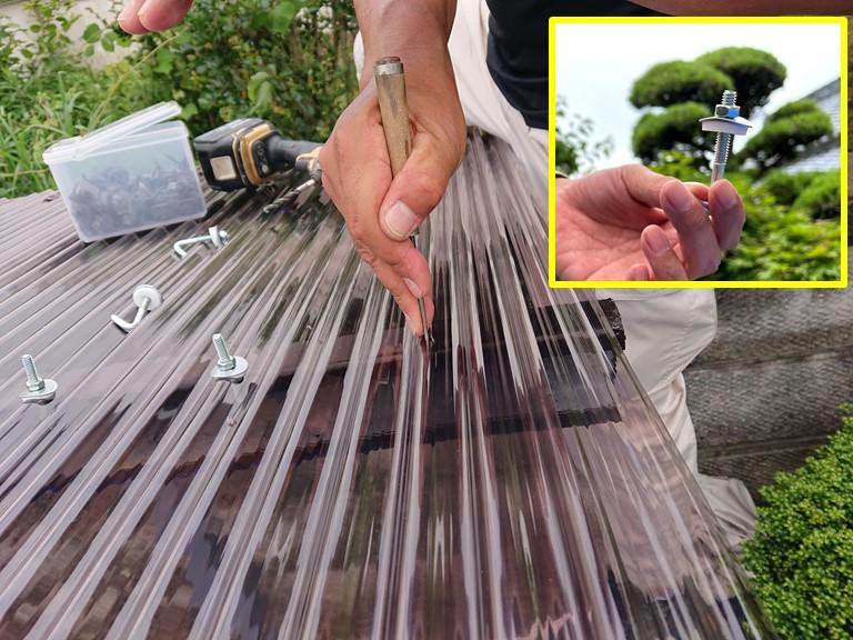 和歌山市の波板張替で波板に穴を開けます
