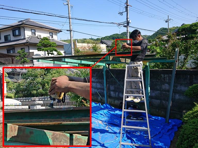 和歌山市の波板張替工事で骨組みを塗装するのでケレン作業します