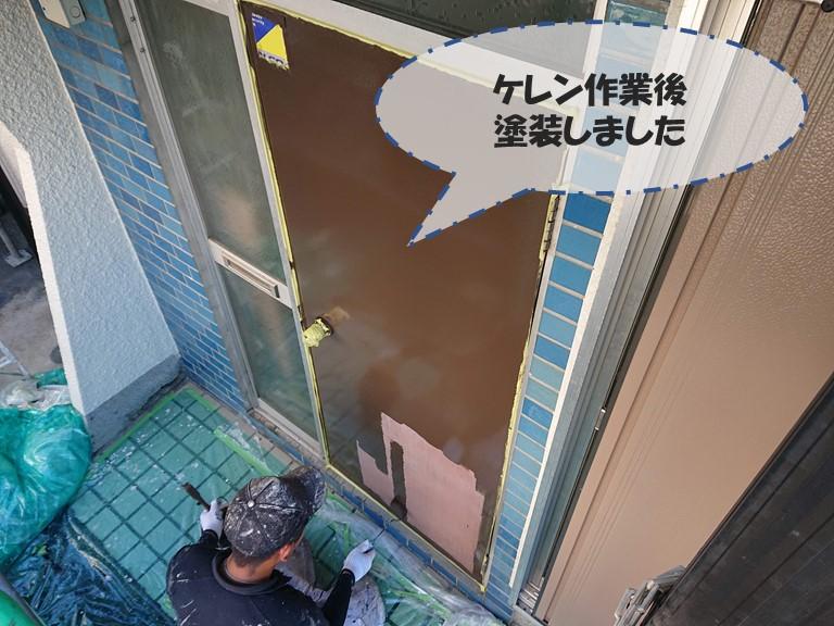 和歌山市の玄関ドアをケレンし、塗装していきます