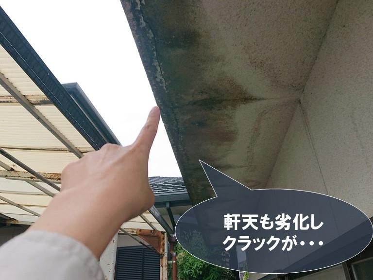 和歌山市の玄関付近の軒天が劣化しクラックを起こしていました