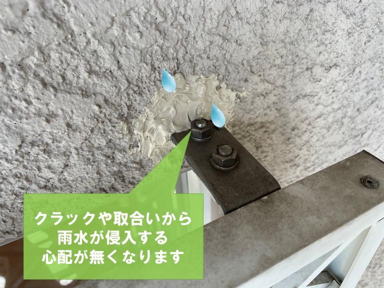 和歌山市のFIX窓の面格子にコーキングを充填し継ぎ目やクラックからの雨水浸透を防ぐ