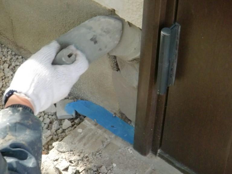 岩出市でエポキシ樹脂のモルタルのパテを作り塗っていきます