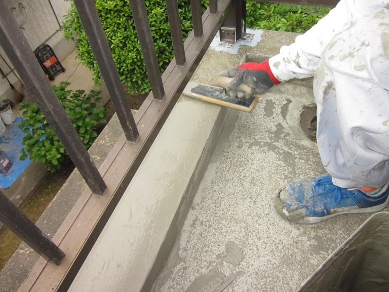 岩出市でカチオンフィラーをコテで目地を埋めるよう塗布していきます