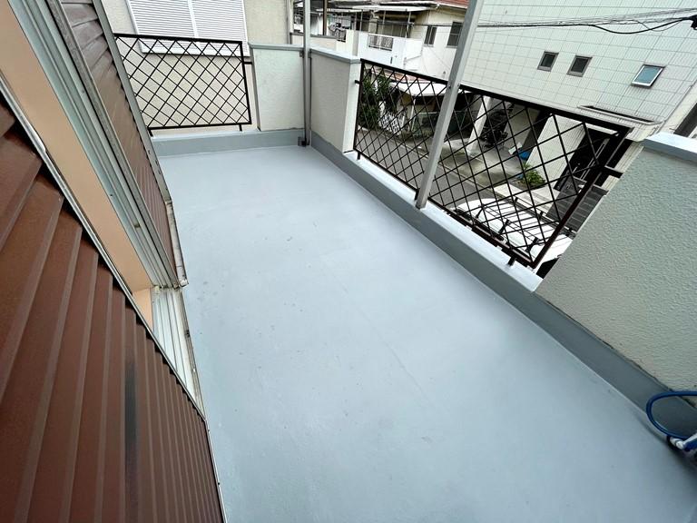 岩出市でベランダ床のトップコート塗り替え工事が完了です