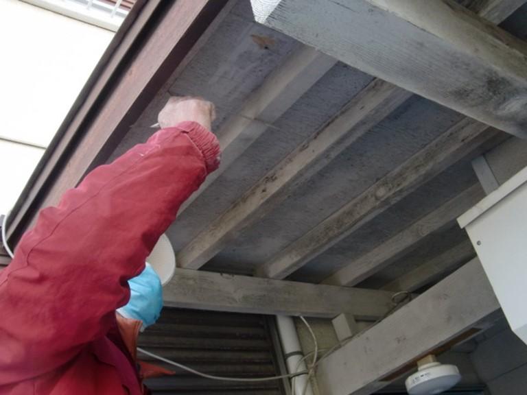 岩出市で倉庫の軒天を張り替える工事を行っていきます