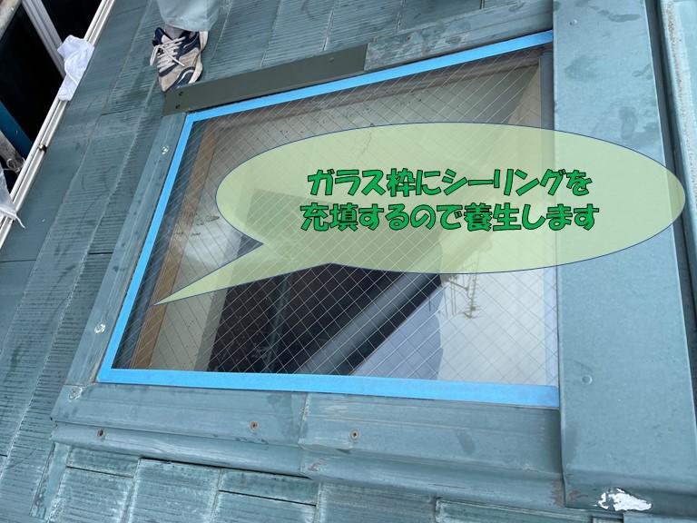 岩出市で天窓の水切りを設置後ガラス周りをシーリングで充填していきます