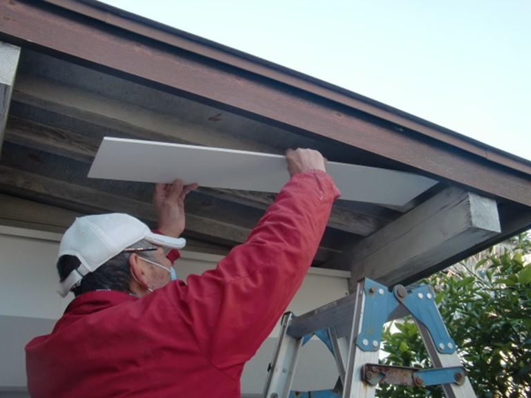 岩出市で軒天に新しくケイカル板を貼っていきます