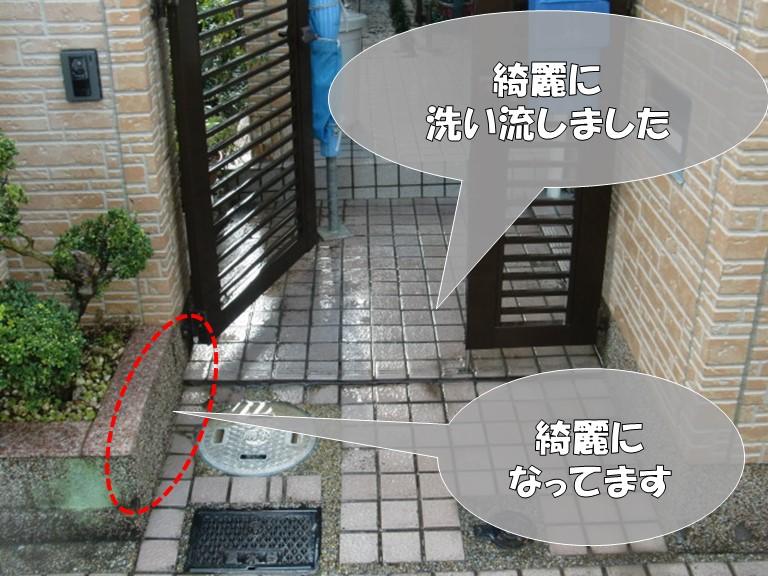 岩出市で高圧洗浄を行うと、屋根と外壁の汚れが玄関ポーチに流れたが綺麗に洗い流します