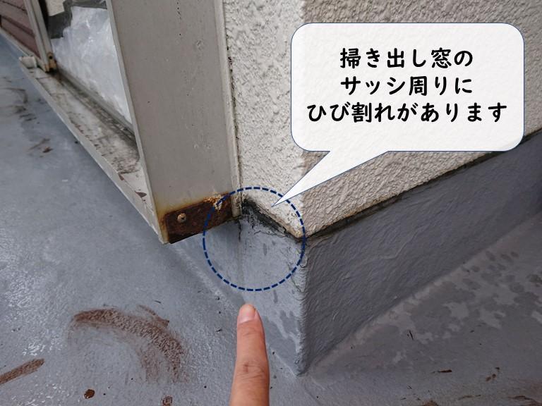 岩出市のベランダを調査すると掃き出し窓のサッシ周りにひび割れがありました