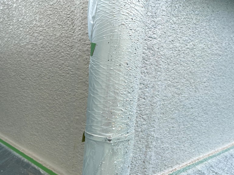 岩出市の外壁塗装アーバントーンで中塗りから色を変えて塗装します