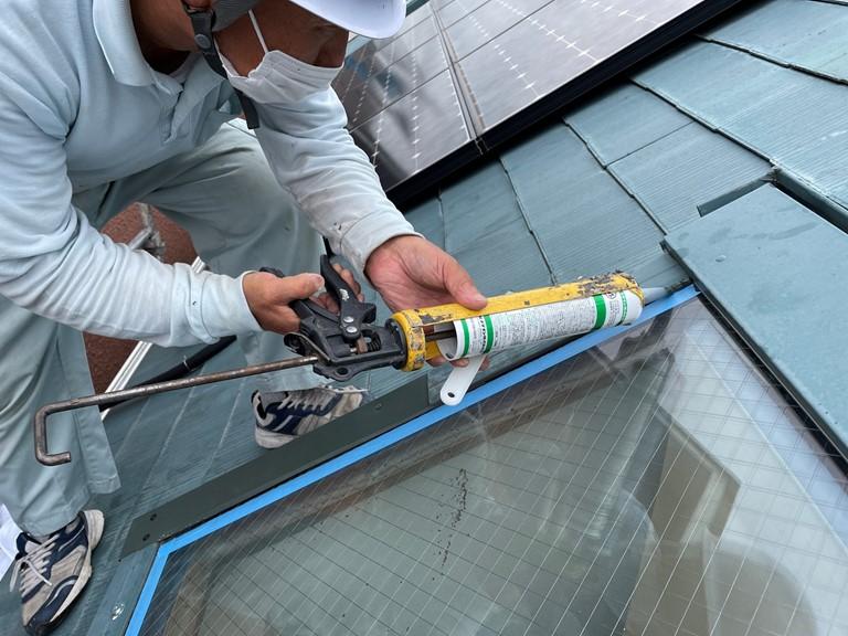 岩出市の天窓から雨漏りしているのでシーリングで隙間を埋めていきます