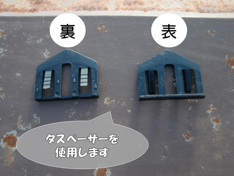 岩出市の屋根塗装でコロニアルの隙間にタスペーサーを挿入していきます