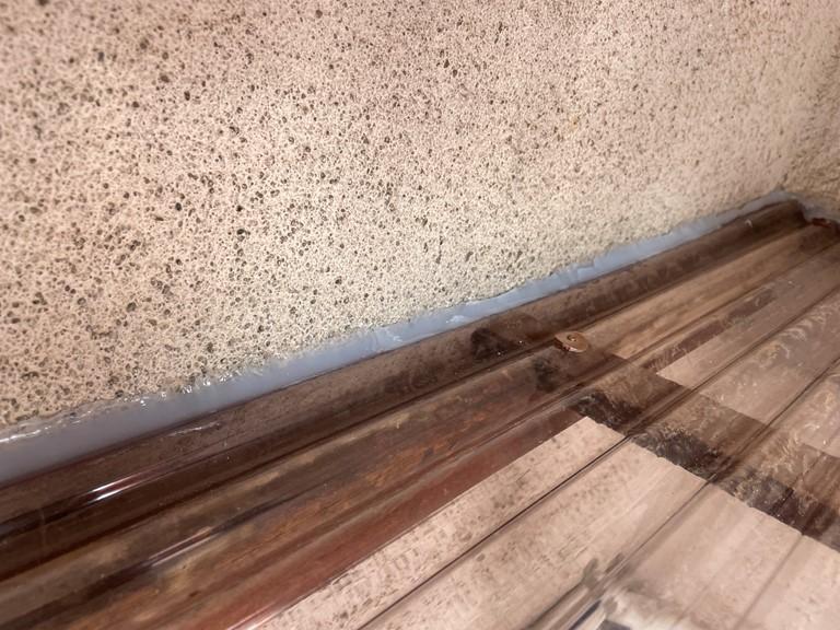 岩出市の波板張替工事で外壁と波板の取合いにコーキングを充填し防水しました
